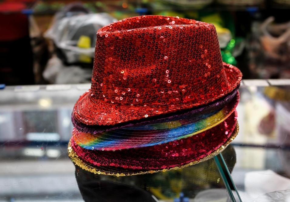 """6.fev.2013 Os chapéus denominados """"de malandro"""" enfeitados com lantejoula, estão à venda em diversas cores e saem por R$16 cada"""