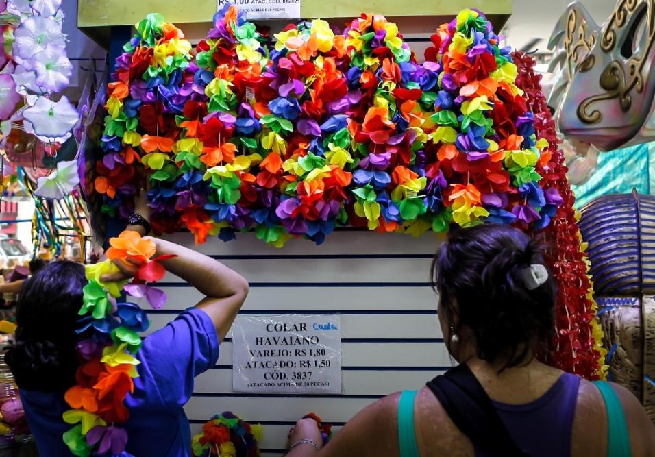 6.fev.2013 Os colares havaianos sempre estão entre os mais procurados. Estes custam R$1,80