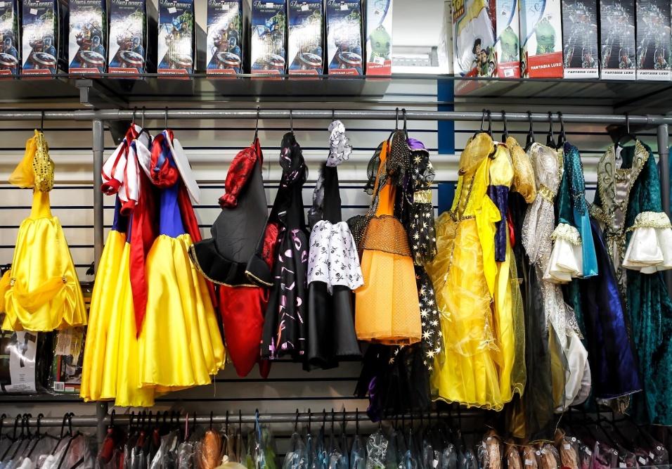 6.fev.2013 Para as meninas, é possível encontrar fantasias a partir de R$10. As princesas da Disney também estão disponíveis por R$180