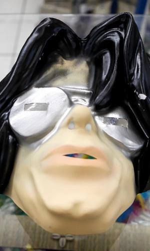 6.fev.2013 Também é possível sair por aí com a cara do Rei do Pop, Michael Jackson. A máscara custa R$12