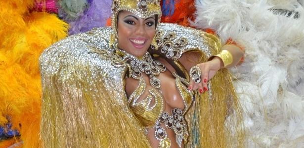 6.jan.2013 - Déborah Caetano, rainha da bateria da escola de sampa paulista Nenê de Vila Matilde, fez um ensaio vestindo fantasias de Carnaval. A dançarina também será musa da agremiação carioca Portela
