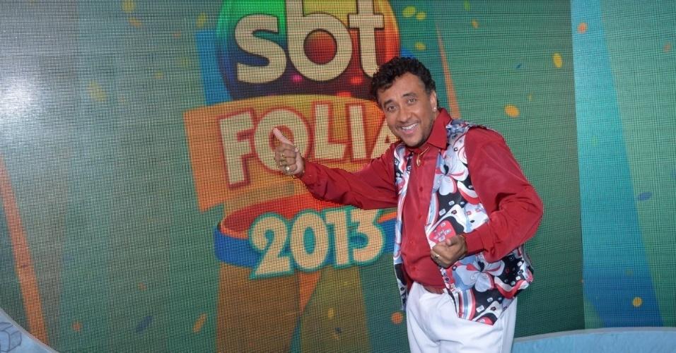 """7.fev.2013 - Mauricio Manfrini, o Paulinho Gogó de """"A Praça é Nossa"""", no camarote do SBT no circuito Barra-Ondina, em Salvador"""