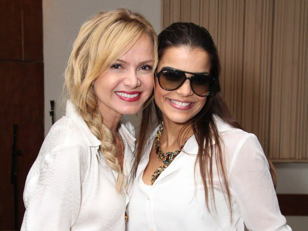 7.fev.2013 A apresentadora Eliana e a cantora Mari Antunes, do Babado Novo, posam para foto em evento de lançamento do Bloco Happy em Salvador