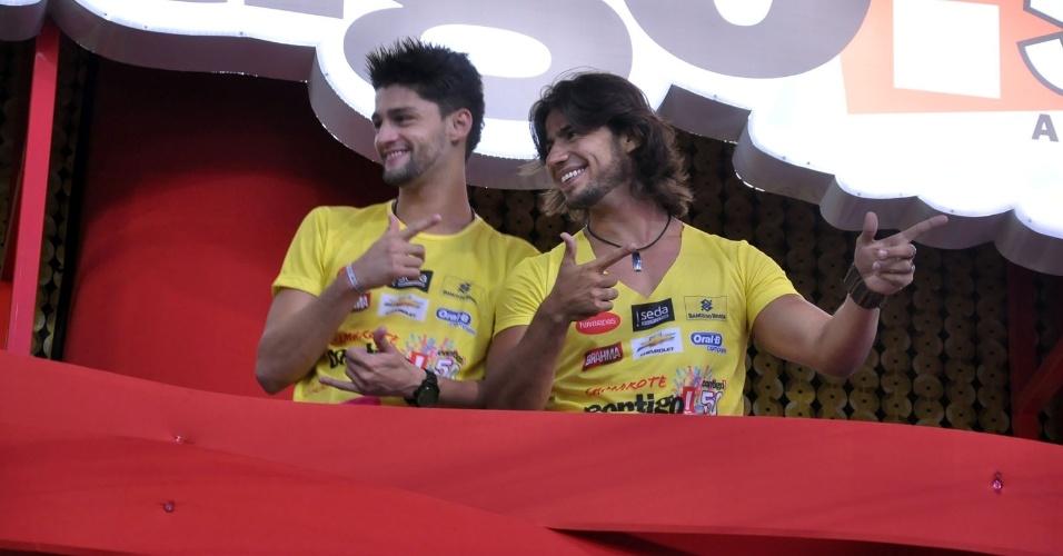 7.fev.2013 - A dupla sertaneja Munhoz e Mariano em camarote no circuito Barra-Ondina, durante o Carnaval de Salvador