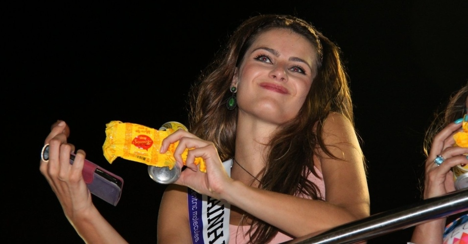 7.fev.2013 - A modelo Isabeli Fontana no trio elétrico de Tuca Fernandez no circuito Barra - Ondina, durante o Carnaval de Salvador