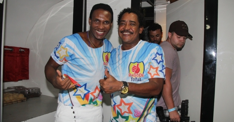 7.fev.2013 - Compadre Washigton e Beto Jamaica posam para fotos em Salvador