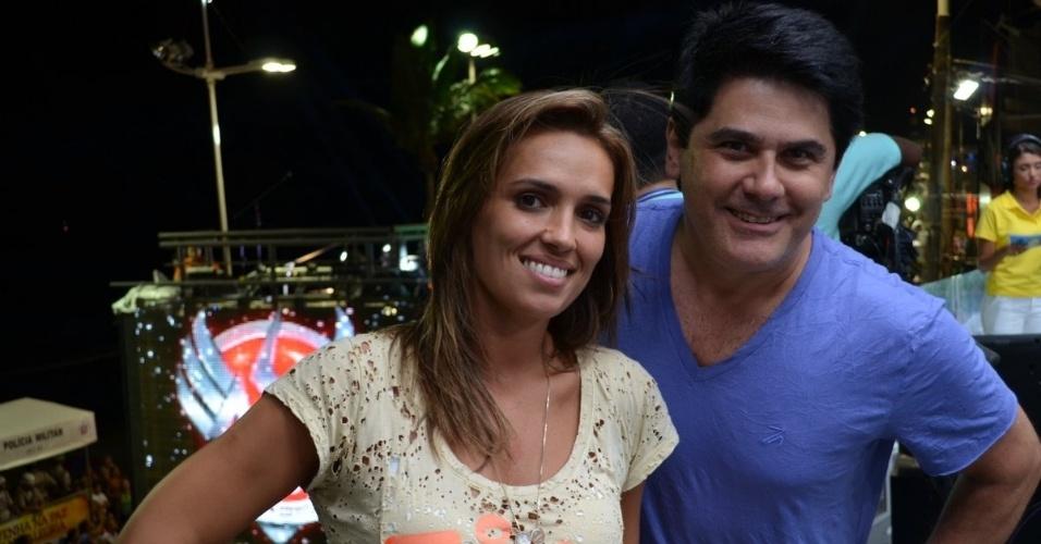 7.fev.2013 - O apresentador César Filho ao lado da jornalista Karyn Bravo no camarote do SBT Salvador durante apresentação do trio elétrico da banda Asa de Águia, no Carnaval de Salvador