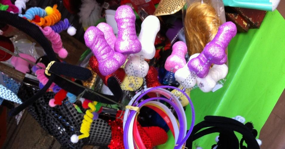 7.jan.2013 - Para os mais divertidos, um arco com miniaturas de pênis promete animar o Carnaval. Na Saara, centro do Rio, o adereço sai por R$ 5