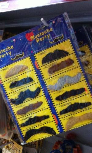7.jan.2013 - Um conjunto com bigodes falsos tem feito sucesso na Saara, comércio popular do Rio. O kit sai por R$ 10