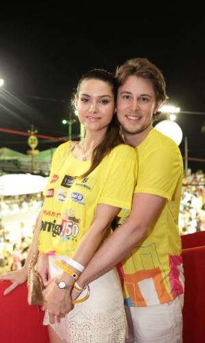 7.fev.2013 - A atriz Fernanda Machado e o namorado, o norte-americano Robert Riskin, no camarote Contigo! durante o Carnaval de Salvador