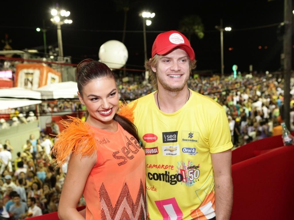 7.fev.2013 - A atriz Isis Valverde junto do namorado, Tom Rezende, no camarote Contigo! durante o Carnaval de Salvador