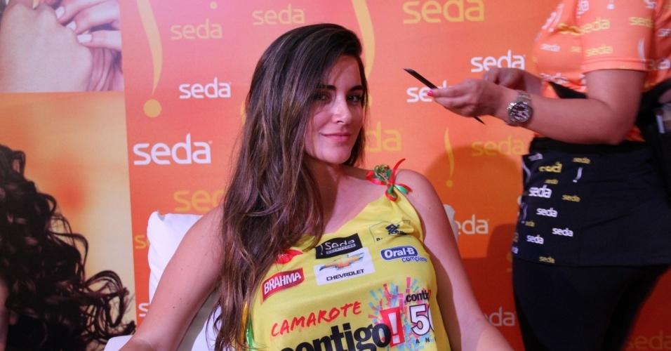 7.fev.2013 - A ex-BBB Laisa posa no camarote da revista Contigo, no circuito Barra-Ondina, em Salvador