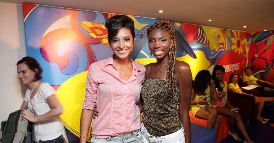 """7.fev.2013 - Dani Moraes e Késia Estácio, do """"The Voice Brasil"""", no camarote Contigo! durante o Carnaval de Salvador"""