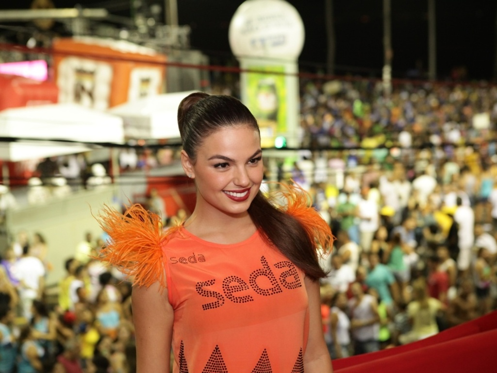 7.fev.2013 - Isis Valverde no camarote Contigo! durante o Carnaval de Salvador