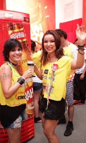 """7.fev.2013 - Thathi e Lyah Soares (do """"The Voice Brasil"""") no camarote Contigo! durante o Carnaval de Salvador"""