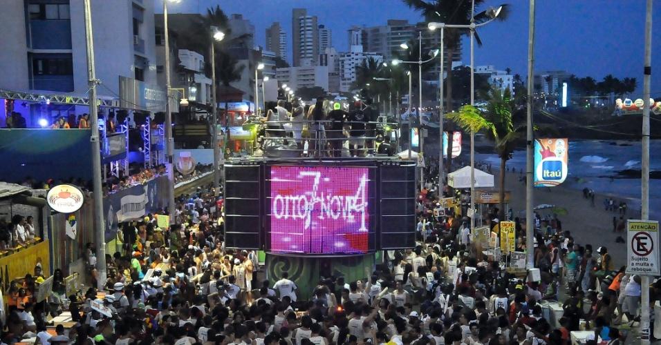 http://imguol.com/entretenimento/carnaval/2013/2013/02/08/8-jan2013---o-trio-elettico-oito7nove4-toca-no-circuito-barra-ondina-durante-o-carnaval-de-salvador-1360367095000_956x500.jpg