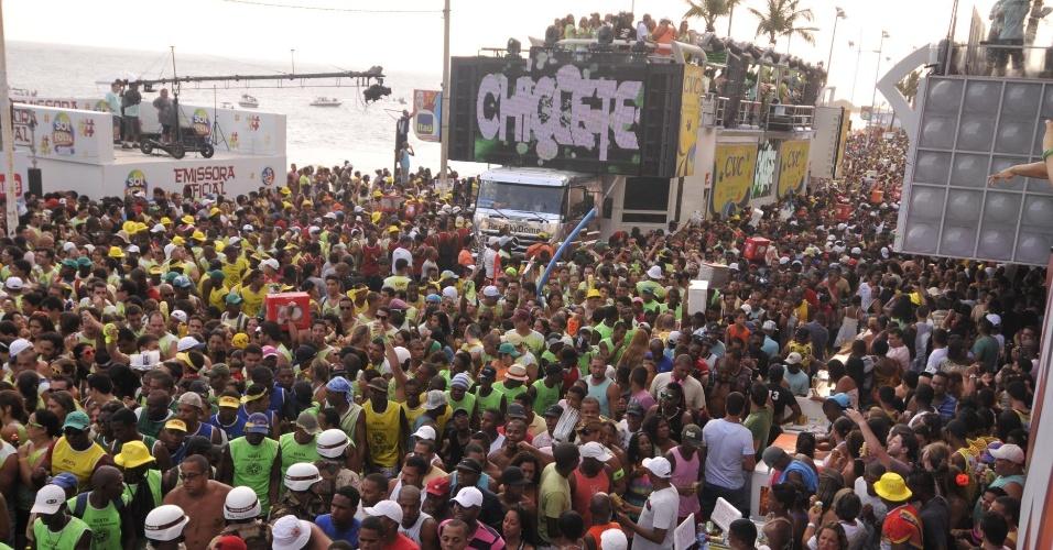 8.fev.2013 - Bell Marques, do Chiclete com Banana, puxa o bloco Nana Banana no circuito Barra Ondina em Salvador