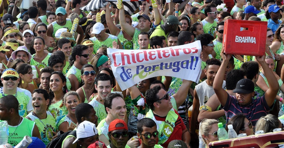 8.fev.2013 - Foliões curtem o bloco Nana Banana, comandado por Bell Marques e o Chiclete com Banana em Salvador