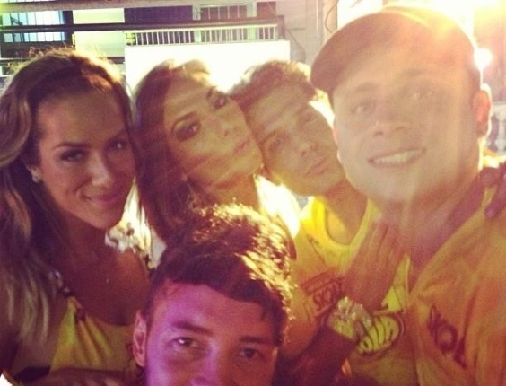 8.fev.2013 - Giovanna Ewbank curtiu o show do Chiclete com Banana ao lado de Nicole Bahls e outros amigos, em Salvador