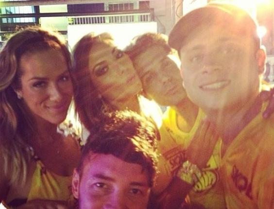 8.fev.2013 - Giovanna Ewbank curtiu o show do Chiclete com Banana ao lado de Nicole Bahls e outros amigos, em Salvador
