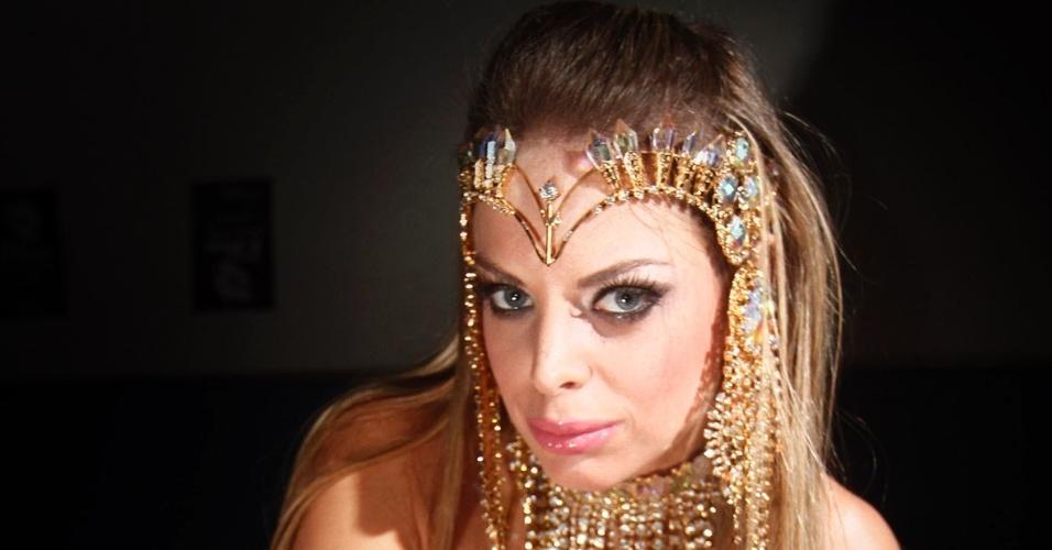 8.fev.2013 - Jéssica Lopes, a Peladona de Congonhas, posa para fotos na quadra da Império de Casa Verde, em São Paulo. A loira vai ser destaque da escola no segundo dia do desfile das escolas de samba de São Paulo