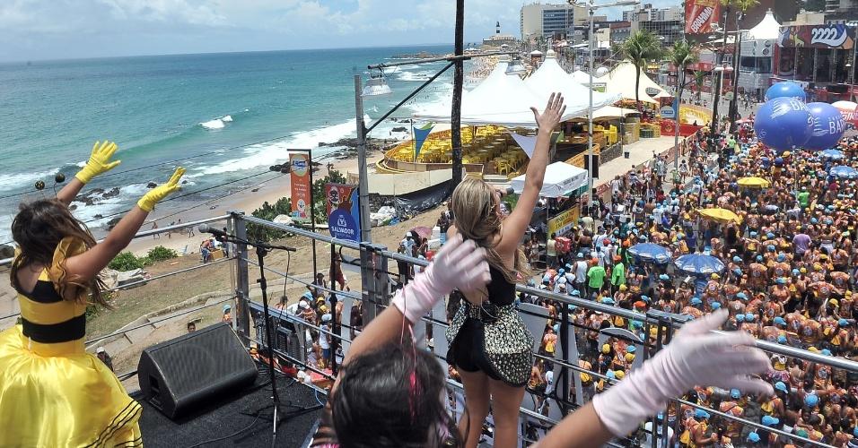 http://imguol.com/entretenimento/carnaval/2013/2013/02/08/8fev2013---sob-o-comando-de-tio-paulinho-e-da-banda-salto-15-o-bloco-infantil-happy-leva-folioes-as-ruas-do-circuito-barra-ondina-dodo-durante-o-carnaval-de-salvador-1360338200758_956x500.jpg
