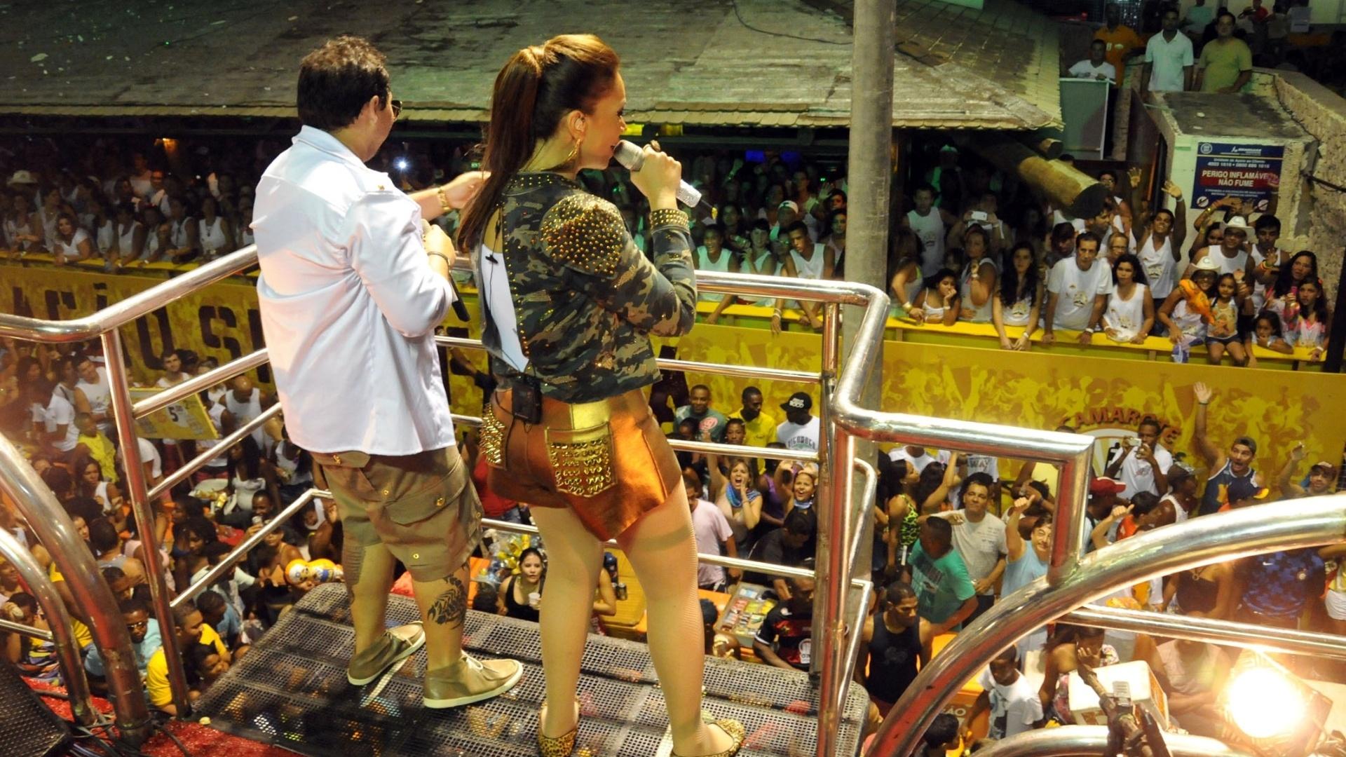 8.jan.2013 - A banda Aviões do Forró se apresenta no circuito Barra-Ondina durante o Carnaval de Salvador