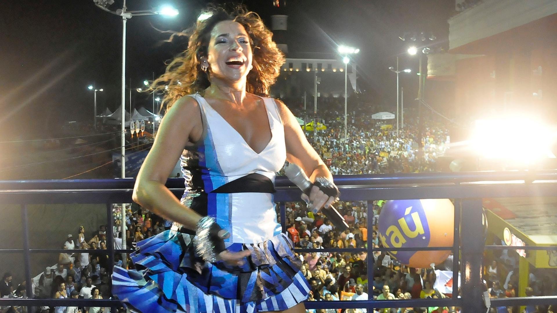 A cantora Daniela Mercury fez sua primeira apresentação no circuito Barra-Ondina em trio independente, sem cordas, para os foliões pipoca