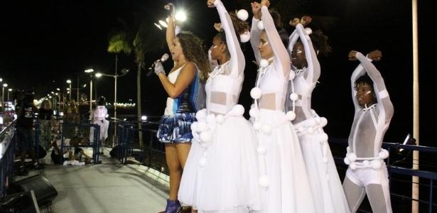 Daniela Mercury desfila no circuito Barra-Ondina para os foliões pipoca