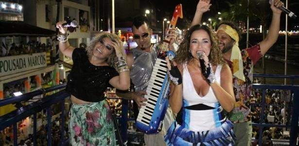 Daniela Mercury toca em seu trio para os foliões pipoca com a banda Cabeça de Nós Todos, uma das promessas do Carnaval da Bahia deste ano