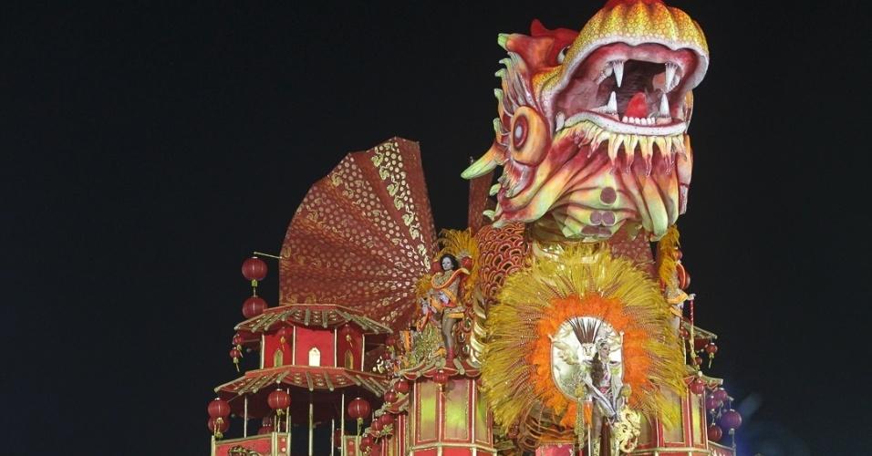 9.fev.2012 - A Dragões da Real tem 3.200 integrantes divididos em 26 alas e cinco carros alegóricos. A agremiação foi a sexta escola a passar pelo Sambódromo do Anhembi, em São Paulo.