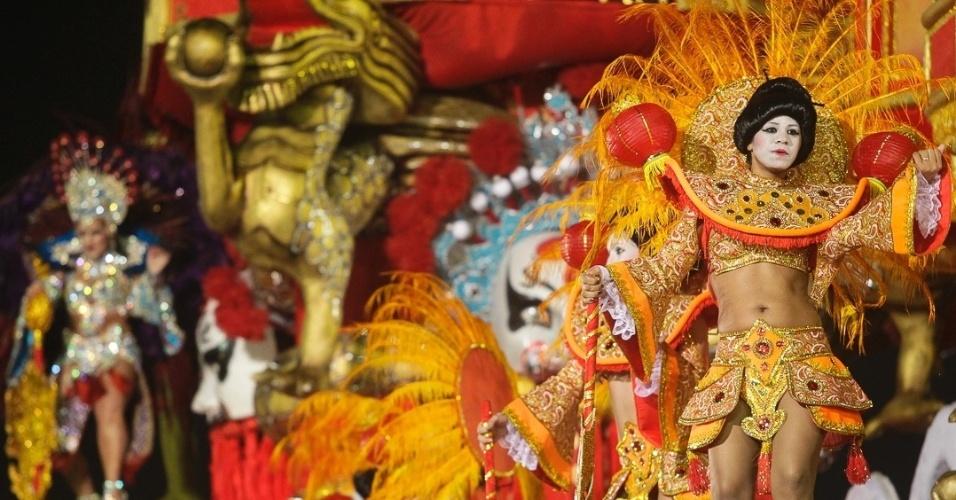 """9.fev.2012 - André Cesari, carnavalesco da escola, diz que o desfile é inspirado no filme """"Coração de Dragão"""" e que marca o último dia do ano do dragão na China."""