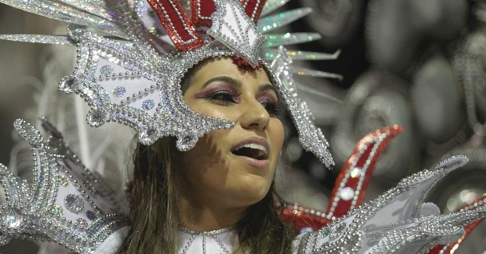 9.fev.2013 - Passista mostra seu charme ao cantar o enrendo da Dragões da Real, escola de samba do Carnaval de São Paulo que fez homenagens à cultura pop.