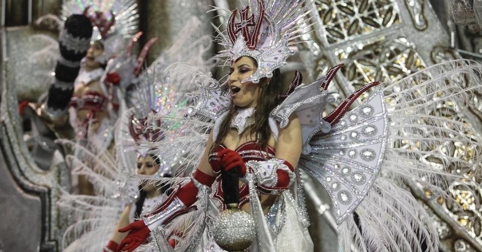 9.fev.2013 - Cavaleiros templários aparecem sambando o enredo da Dragões da Real, sexta escola de samba do Carnaval de São Paulo.