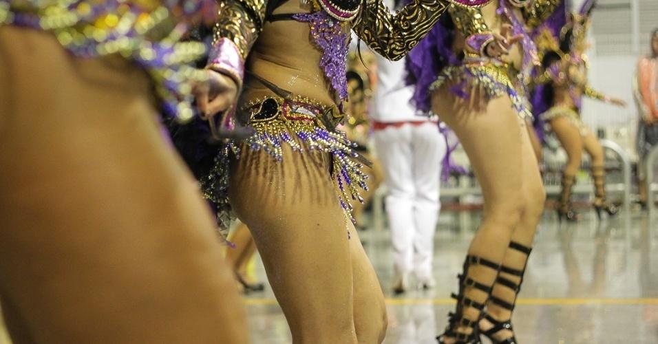 """9.fev.2013 - Passistas sambam o enredo """"Dragão, Guardião Real, Mostra Seu Poder e Soberania na Corte do Carnaval"""", da Dragões da Real, sexta escola de samba do Carnaval de São Paulo."""