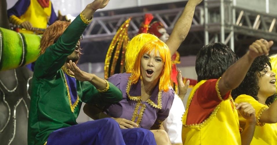 9.fev.2013 - A Dragões da Real, sexta escola a passar pelo Sambódromo do Anhembi, fez homagens aos desenhos animados e personagens da cultura pop que têm relação ao símbolo da agremiação.