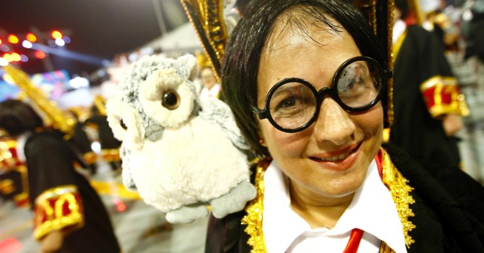 9.fev.2013 - Ala mostra diversas crianças fantasiadas de Harry Potter. A Dragões da Real, sexta escola a passar pelo Sambódromo do Anhembi, tem o enredo inspirado no símbolo da agremiação.