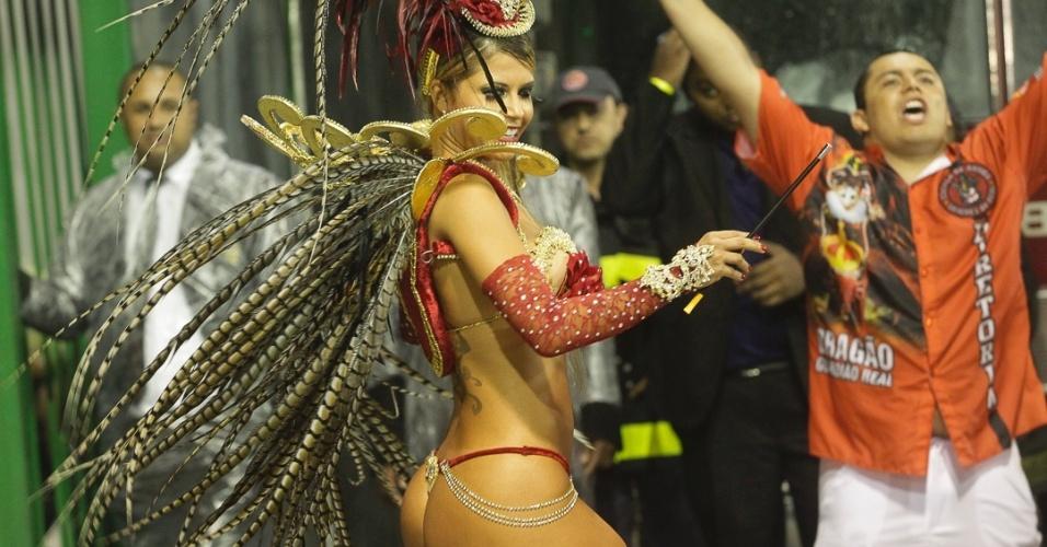 9.fev.2013 - Cacau Colucci, passista da Dragões da Real, samba no Anhembi. A escola foi a sexta a passar pelo Carnaval de São Paulo