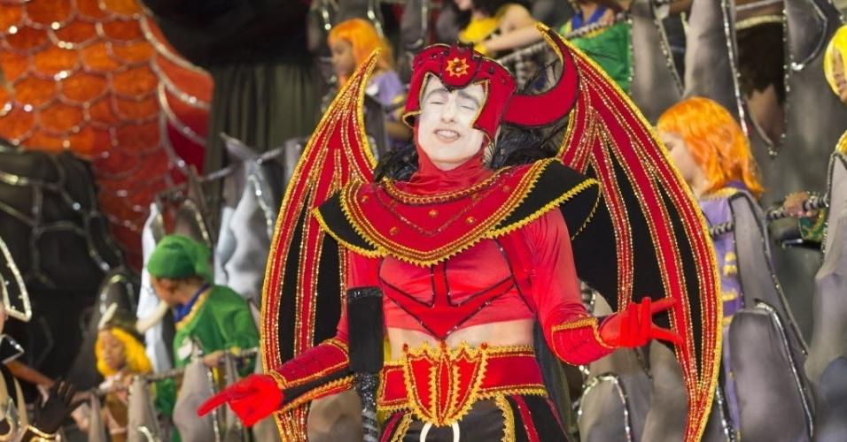 """9.fev.2013 - Destaque fantasiado de """"Vingador"""", personagem do desenho animado """"Caverna do Dragão"""".  A Dragões da Real foi a sexta a passar pelo Sambódromo do Anhembi, em São Paulo."""