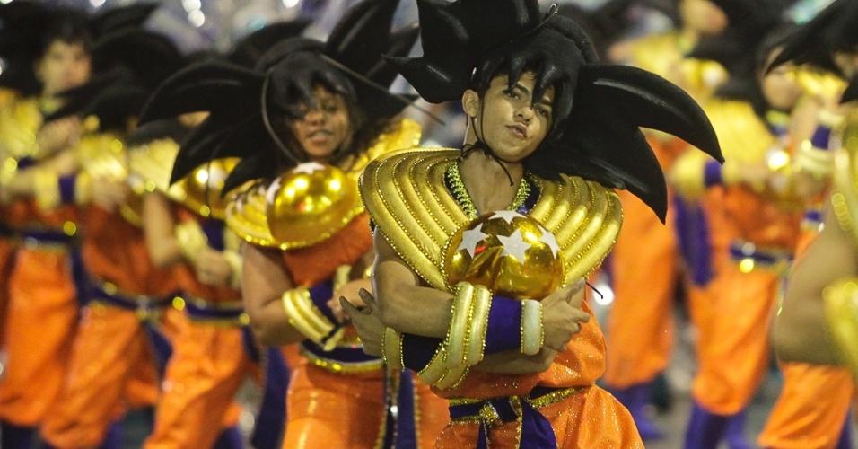 """9.fev.2013 - Goku, do desenho animado """"Dragon Ball"""", também foi representado no carnaval da Dragões da Real. A escola foi a sexta a passar pelo Sambódromo do Anhembi, em São Paulo."""