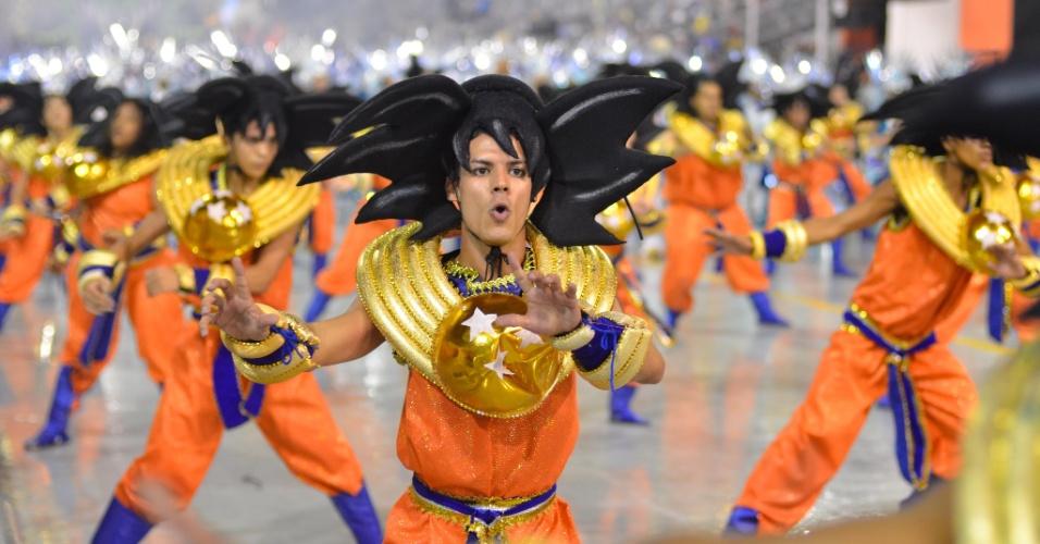 """9.fev.2013 - Goku, do desenho animado """"Dragon Ball"""", também foi representado no carnaval da Dragões da Real. Escola fez homenagem aos personagens da cultura nerd no Sambódromo do Anhembi, em São Paulo."""