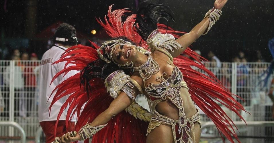 9.fev.2013 - Simone Sampaio, rainha da bateria da Dragões da Real, se apresenta no Anhembi. A escola foi a sexta a passar pelo Sambódromo do Anhembi, em São Paulo