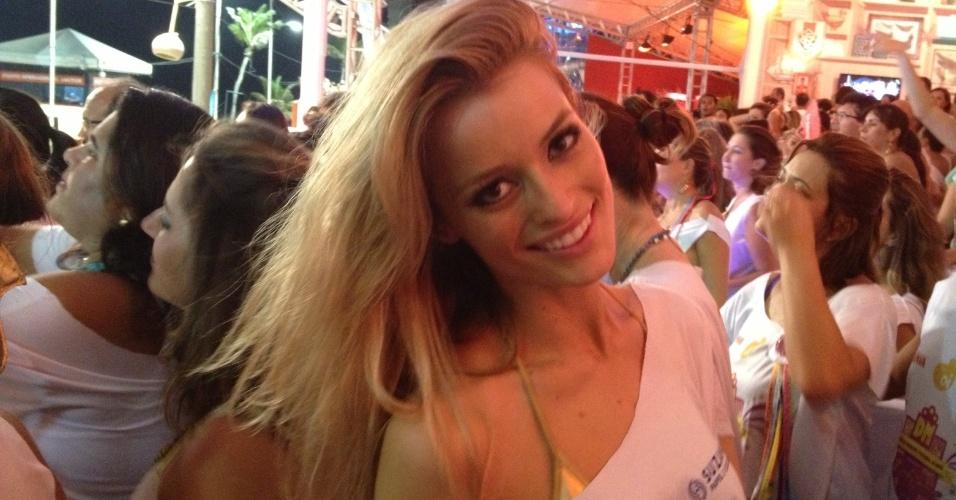 8.fev.2013 - A modelo Flávia Lucini estreia na folia baiana e curte o Carnaval no camarote de Daniela Mercury, em Salvador