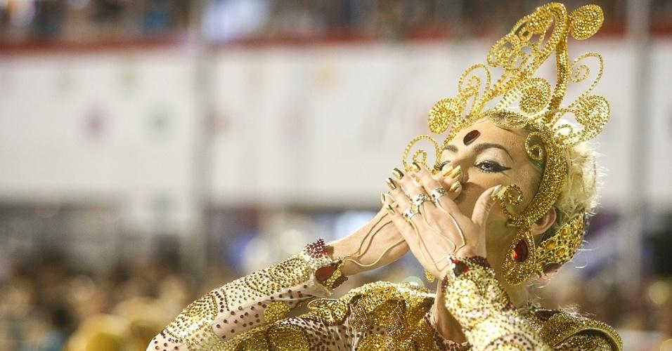 8.fev.2013 - Ana Hickmann, madrinha da Va-Vai desde 2012, manda um beijo para o público do Sambódromo do Anhembi em São Paulo