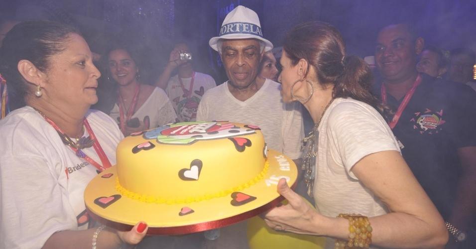 8.fev.2013 - Ao lado da mulher, Gilberto Gil segura bolo em comemoração aos 15 anos do camarote Expresso 2222, comandado pelo cantor no Carnaval de Salvador