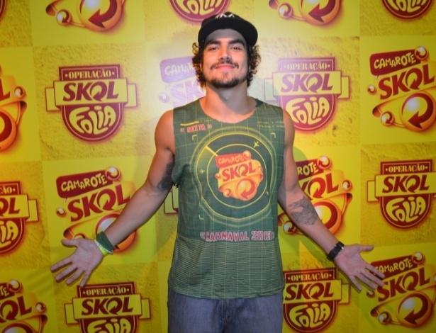 8.fev.2013 - Caio Castro posa para fotos no camarote Skol, em Salvador
