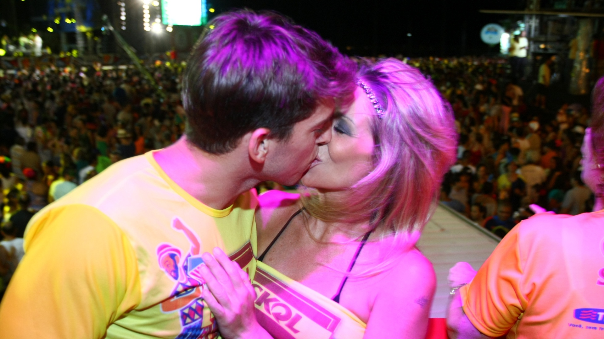 8.fev.2013 - Dani Winits beija o namorado, o jogador de futebol Amaury Nunes, em camarote do Carnval de Recife