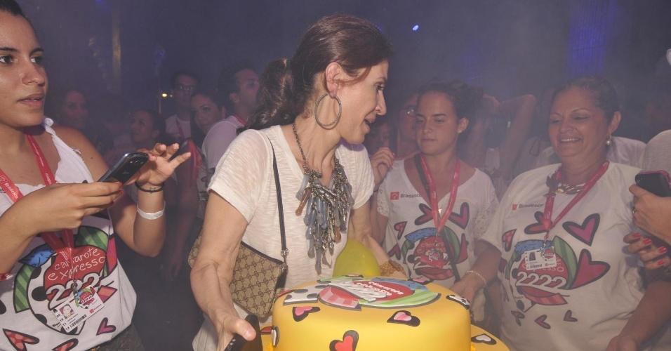 8.fev.2013 - Flora Gil, mulher de Gilberto Gil, leva bolo de aniversário dos 15 anos do camarote Expresso 2222, comandado pelo cantor baiano, em Salvador