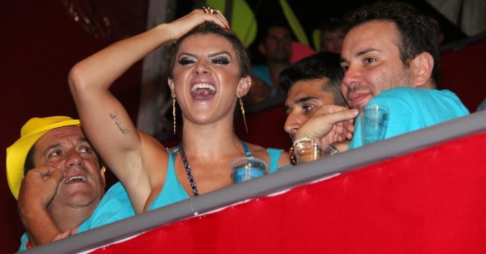 8.fev.2013 - Mirela Santos curte os trios no circuito Barra-Ondina em Salvador da sacada de camarote