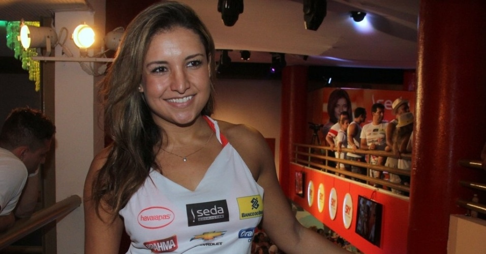 8.fev.2013 - Natália Castro posa para fotos no camarote Contigo!, no circuito Barra-Ondina de Salvador